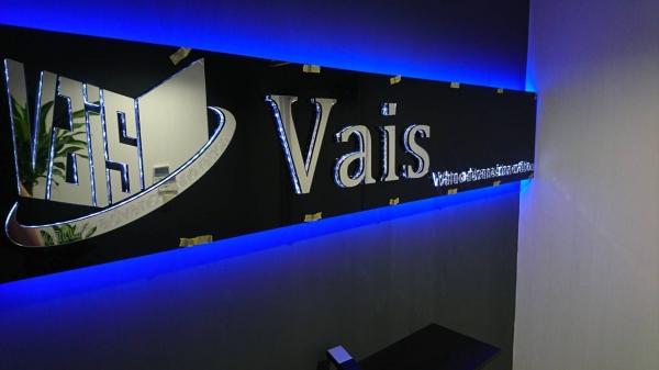 オフィスの受付に鏡面加工とLEDバックライトで高級感を演出!